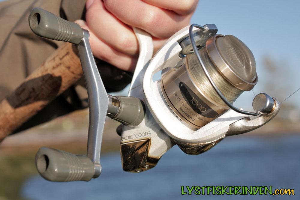 Shimano Stradic 1000FG 2-6 lb spinnehjul, spolet med 6lb Maxima Ultragreen. Vi bruger det til ørred og ørredaborre.